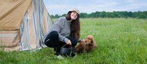 Menina italiana com seu cachorro-
